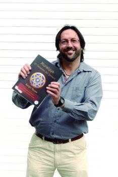 """Sergio Reyes con un ejemplar de """"Mursiyya; el talismán del Yemení"""""""